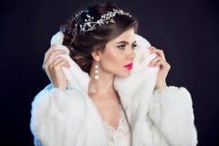 Muchacha del invierno en abrigo de pieles de lujo de la moda hairstyle maquillaje beaut Imágenes de archivo libres de regalías