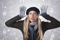 Muchacha del invierno en casquillo y guantes de las lanas Imagen de archivo libre de regalías