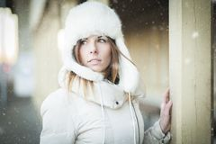 Muchacha del invierno en día nevoso de la ropa caliente Imagen de archivo