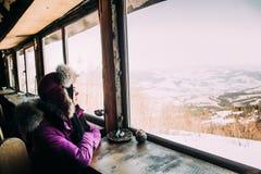 Muchacha del invierno en el café Imágenes de archivo libres de regalías