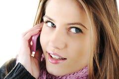 Muchacha del invierno que habla en el teléfono celular Imágenes de archivo libres de regalías
