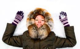 Muchacha del jengibre en parque del invierno Foto de archivo libre de regalías