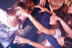 Muchacha del Karaoke que se realiza en club de noche Imagen de archivo libre de regalías