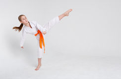 Muchacha del karate en kimono en soporte en el fondo del estudio Imagen de archivo libre de regalías