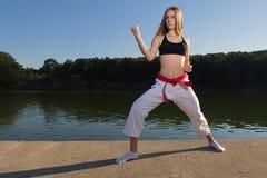 Muchacha del karate que practica KATA Imágenes de archivo libres de regalías