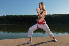 Muchacha del karate que practica KATA Foto de archivo