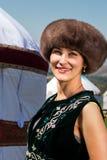 Muchacha del Kazakh en la ropa nacional que se coloca cerca del yurt Fotografía de archivo
