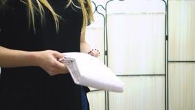 Muchacha del lavadero del trabajador que sostiene las toallas frescas en sus manos existencias Mujer que sostiene una toalla en s metrajes