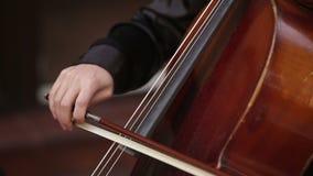 Muchacha del músico que juega con el violoncello del violoncelo almacen de metraje de vídeo