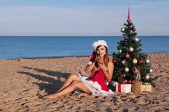 Muchacha 2018 del mar del complejo playero del árbol de navidad del Año Nuevo Imagenes de archivo