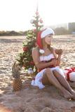 Muchacha 2018 del mar del complejo playero del árbol de navidad del Año Nuevo Imágenes de archivo libres de regalías