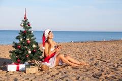 Muchacha 2018 del mar del complejo playero del árbol de navidad del Año Nuevo Imagen de archivo libre de regalías