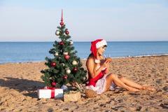 Muchacha 2018 del mar del complejo playero del árbol de navidad del Año Nuevo Fotografía de archivo libre de regalías