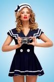 Muchacha del marinero con la cámara Fotos de archivo