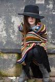 Muchacha del mendigo con el sombrero negro Imágenes de archivo libres de regalías