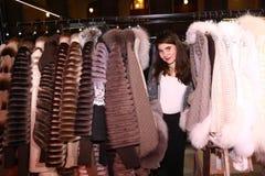 Muchacha del modelo de moda del adolescente en tienda del sitio de la demostración del abrigo de pieles Imagen de archivo