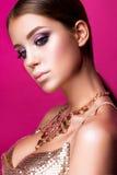 Muchacha del modelo de moda de la belleza con maquillaje brillante, de largo imágenes de archivo libres de regalías