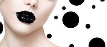 Muchacha del modelo de moda de la belleza con maquillaje negro foto de archivo libre de regalías