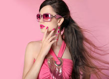 Muchacha del modelo de moda de la belleza en gafas de sol con maquillaje brillante, de largo Fotos de archivo libres de regalías