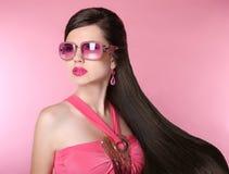 Muchacha del modelo de moda de la belleza en gafas de sol con maquillaje brillante, de largo Imagen de archivo libre de regalías