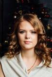 Muchacha del modelo de moda de la Navidad de la belleza Fondo del árbol de Navidad Fotografía de archivo