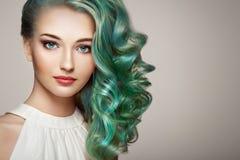 Muchacha del modelo de moda de la belleza con el pelo teñido colorido imagen de archivo