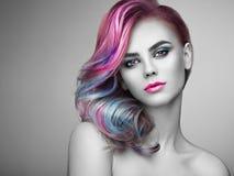 Muchacha del modelo de moda de la belleza con el pelo teñido colorido imagenes de archivo