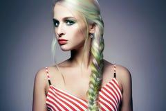 Muchacha del modelo de moda de la belleza con el pelo teñido colorido fotografía de archivo libre de regalías