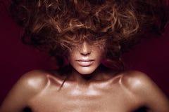 Muchacha del modelo de moda de la belleza con maquillaje brillante foto de archivo