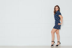 Muchacha del modelo de moda que lleva el retrato azul del vestido Fotos de archivo