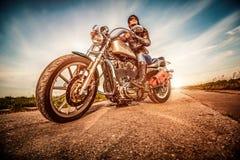 Muchacha del motorista en una motocicleta Imágenes de archivo libres de regalías