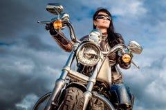 Muchacha del motorista en una motocicleta imagenes de archivo