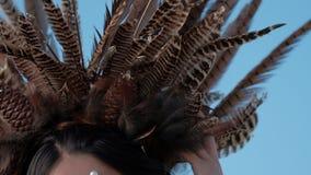 Muchacha del nativo americano contra el cielo azul almacen de metraje de vídeo