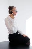 Muchacha del negocio que habla en el teléfono Fotografía de archivo libre de regalías