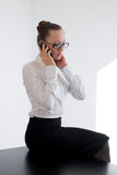 Muchacha del negocio que habla en el teléfono Foto de archivo libre de regalías