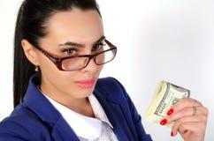 Muchacha del negocio que sostiene el dinero Imagen de archivo