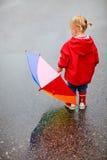 Muchacha del niño al aire libre en el día lluvioso Fotografía de archivo libre de regalías