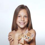 Muchacha del niño con el gatito Imagen de archivo