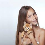 Muchacha del niño con el gatito Fotografía de archivo libre de regalías