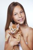 Muchacha del niño con el gatito Fotos de archivo libres de regalías