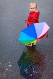 Muchacha del niño con el paraguas colorido en día lluvioso Fotos de archivo libres de regalías