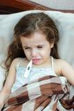 Muchacha del niño con el thermomert de medición del whith del temrerature de la fiebre en boca foto de archivo libre de regalías