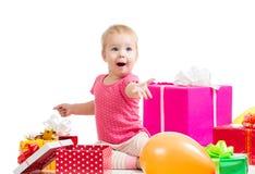 Muchacha del niño con los globos y los regalos coloridos Fotografía de archivo