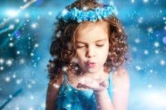 Muchacha del niño de la Navidad en el fondo del árbol del invierno, nieve, copos de nieve Fotos de archivo libres de regalías