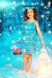 Muchacha del niño de la Navidad en el fondo del árbol del invierno, nieve, copos de nieve Imagenes de archivo