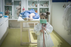 Muchacha del niño del doctor Imágenes de archivo libres de regalías