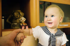 Muchacha del niño en casa imagenes de archivo