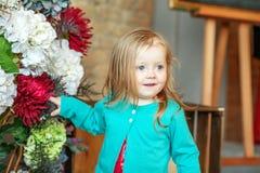 Muchacha del niño en el cuarto 2-3 años El concepto de niñez Foto de archivo