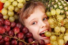Muchacha del niño en el grupo de fruta. Cuidado médico. Fotografía de archivo libre de regalías