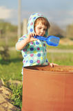 Muchacha del niño en jugar azul con el barril del agua en día soleado Economía del agua y concepto del cuidado de la naturaleza fotos de archivo libres de regalías